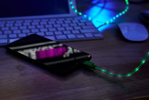 Curatare mufa incarcare telefon: ce poti face pentru protejarea portului USB